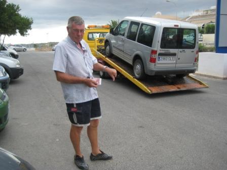 ¡Típico, Brian rompe mi coche y he conseguido solamente diez euros en mi carpeta!