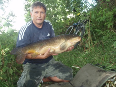 Steve New with a fantastic carp of 27lb 2oz. Just look at the size of its tail - amazing!