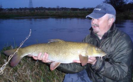 Jeff Edisbury dislpaying the superb condition of the foul hooked 13lb 14oz barbel he landed from Greenbanks