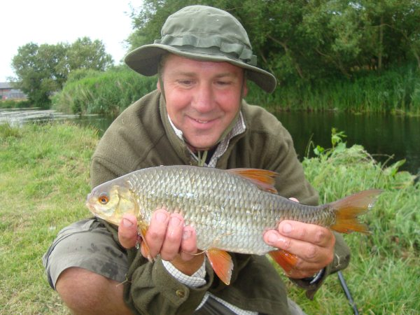 Mark Nash with a lovely 2lb 2oz roach which he caught from the mouth of the Little Weir.