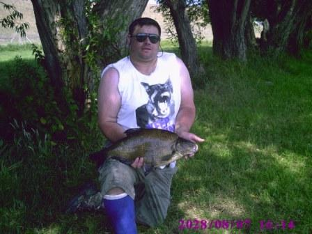 Danny with a 7lb 8oz bream that his T shirt seems to have taken exception to!
